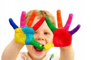 ребёнок с цветными ладошками