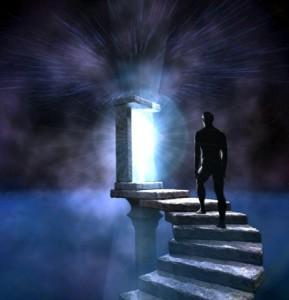 человек поднимается по лестнице